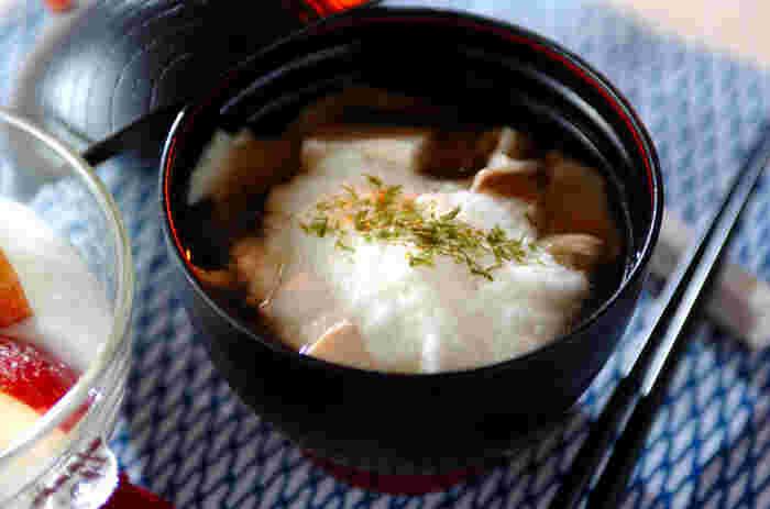 あっさりしていながらも栄養たっぷりの「とろろ」をたっぷり入れた温かい汁。舞茸、豚肉、豆腐を具材にして、優しい味わいながら食べごたえにも気配りした一品です。