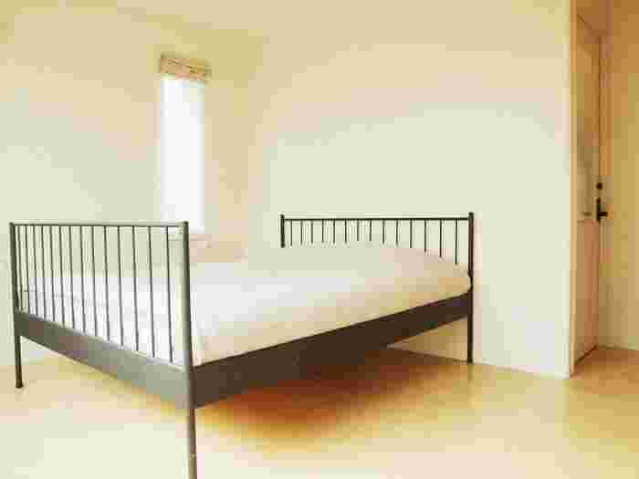 おしゃれなインテリアを考えると、ついつい物が多くなってしまいがちです。また、あれこれと気に入った物を買い足していくと、理想の寝室からかけ離れていくこともよくあります。それなら、いっそのこと、何も置かないシンプルな寝室に!何も考えずぐっすり眠れそうな空間も素敵だと思いませんか?