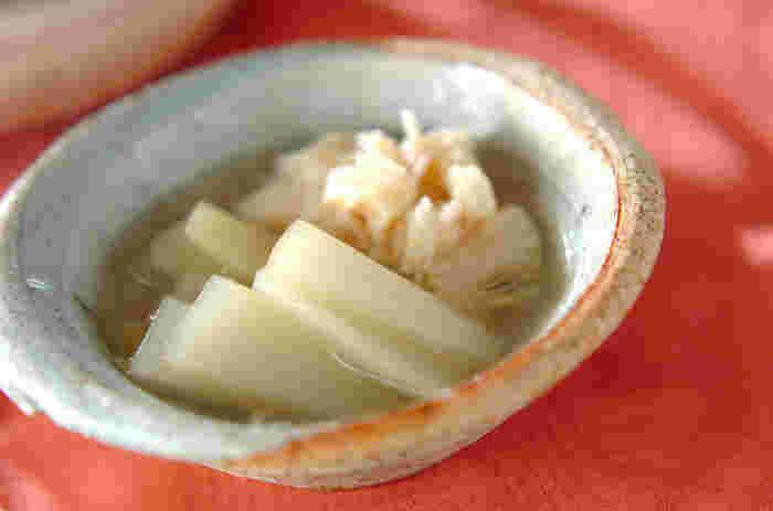 ウドとホタテをだし汁でやさしく煮つけた煮物です。シンプルな味わいで、何度でも食べたくなる和食らしいお味です。