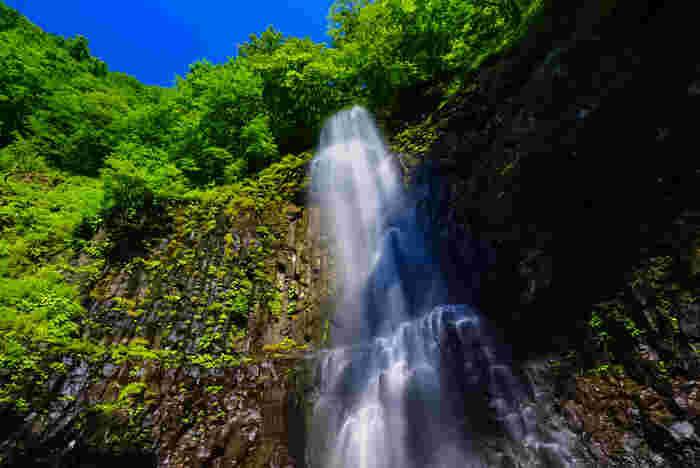 滝つぼ周辺にはマイナスイオンが発生しやすいと言われています。流れ落ちる水を眺めているだけで、暑さも和らいで来るでしょう。