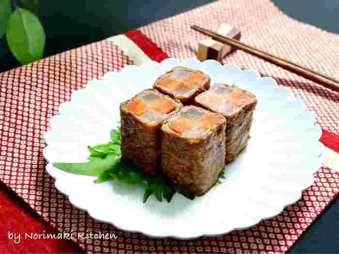 にんじんと大根で紅白の市松模様を表現した、お祝いの席らしい料理のレシピです。おせち料理の八幡巻きをアレンジしたもので、ごぼうではなく大根を使うことでキレイな紅白になります。ぜひすき焼き用のちょっと良いお肉で作りたいですね。