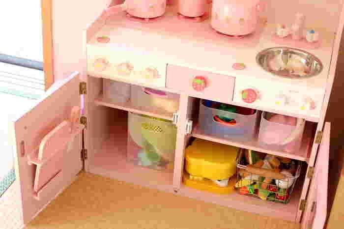 おままごとのキッチン台の中に収納したら、引き出しみたいに使えてとっても便利ですね。お子様もこれなら片付けるのが楽しくなるかも♪
