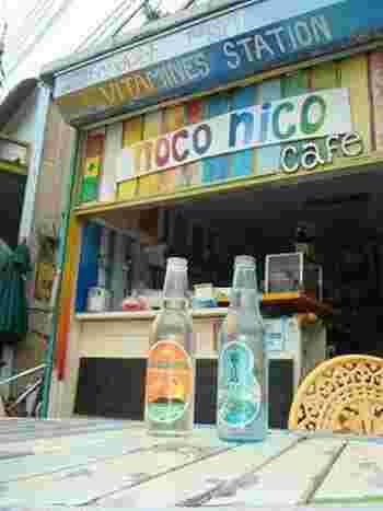 """レトロなラベルがなんともいい雰囲気を醸し出した、能古島の名物「能古島サイダー」「ノコリータ」。サイダーのラベルは島の形に合わせた""""ひょうたん型""""、ノコリータには島の特産品である甘夏の果汁が使用されています。"""
