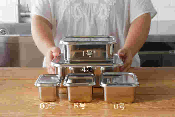 ステンレスはニオイ移りも少なく、角が丸い形状は洗いやすく洗い残しもないのでいつでも清潔に使えます。サイズ展開も豊富でそれぞれ、専用のフタが別売りであり、重ねて冷蔵庫に入れることもできます。また、すべてのサイズをまとめて入れ子で収納が可能なので、省スペースで一気に収納できるのもうれしいポイントです。