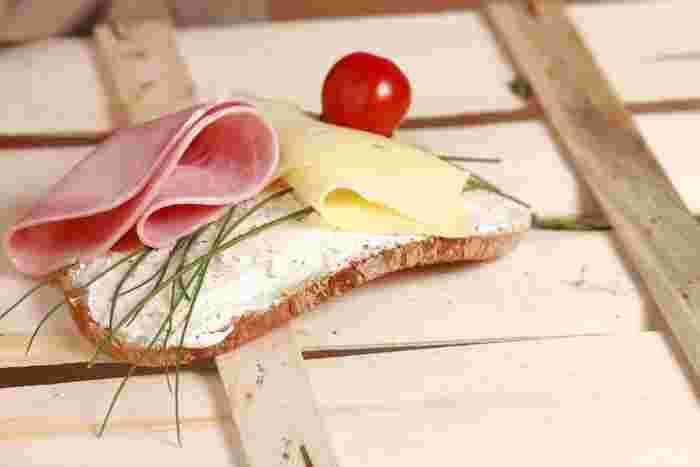 プロセスチーズの代表と言えば、使い勝手の良いスライスチーズです。冷蔵庫に常備しておけば、サンドイッチやグラタンなど色んな料理に大活躍。
