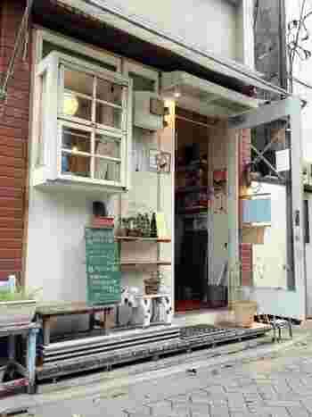 「イネル(inelle)」は、阿佐ヶ谷駅から徒歩3分のところにある可愛らしいカフェです。一般的なカフェと違うのは、日替わりで店主が変わること!シェアカフェというユニークなスタイルを取っていて、予定はHPのカレンダーなどでチェックできますので、興味のある日に足を運んでみてください。