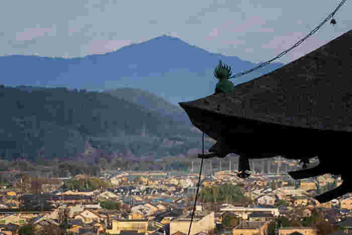 「多宝塔」から、さらに石段を歩み進めば、京都市街、嵯峨野が一望できる「展望台」に。小倉山の斜面にある「常寂光寺」の敷地は広大。高低差も大きく、眺めが抜群です。