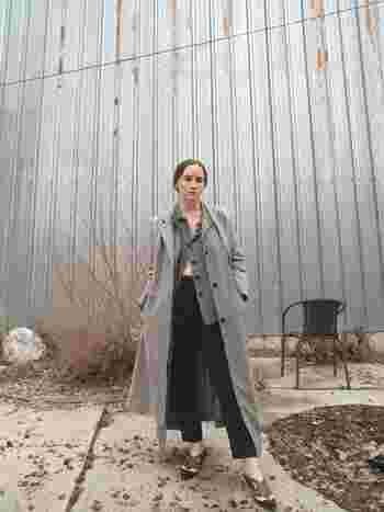 マキシ丈のコートをさらりと纏って、思いっきりクールに。コートと、インナーとして着たジャケット、パンツのカラーが、靴の配色と見事にマッチしています。