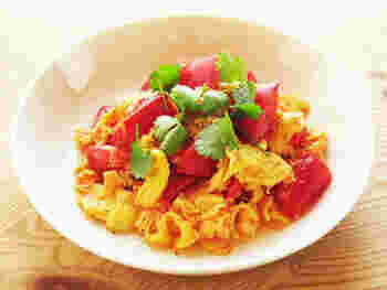 ささっと炒めるだけで作れる卵とトマトの炒め物。中華風の味付けで、簡単なのに本格的なおかずになります。