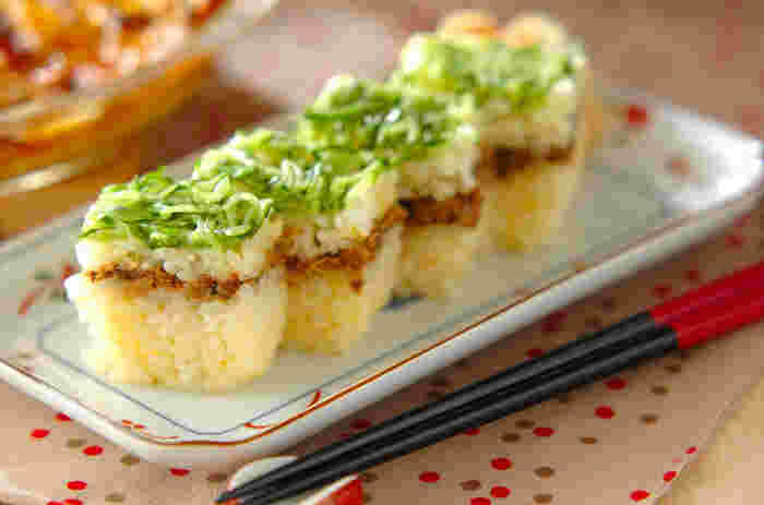 押し型がなくても、タッパなどを使って簡単に作れる押し寿司。彩りもキレイなので、おもてなし料理にもピッタリです。 お蕎麦やうどんと一緒にテーブルに並べたら、和食店で食べてるような優雅な気分が味わえそうですね。