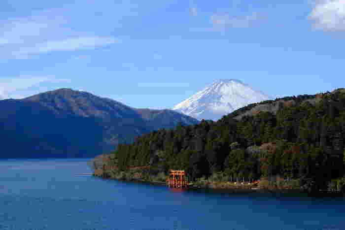 赤い鳥居に富士の雄姿、湖畔の緑豊かな山並み、湖面に映る天空や遊覧船といった芦ノ湖の景観は、「箱根」の最も印象的な景色かもしれません。