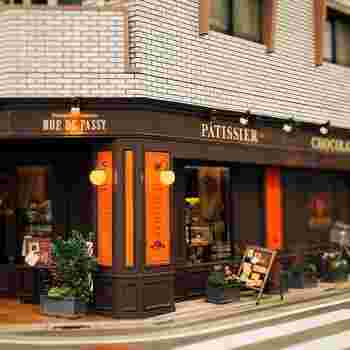 東横線学芸大学駅から徒歩4分、碑文谷公園通りと唐ヶ崎通りの交差点にある<リュードパッシー>さん。まるでパリに来たかのようなおしゃれなパティスリーです。それもそのはず!お店の名前は、パリにあるパッシー通りが由来になっています。