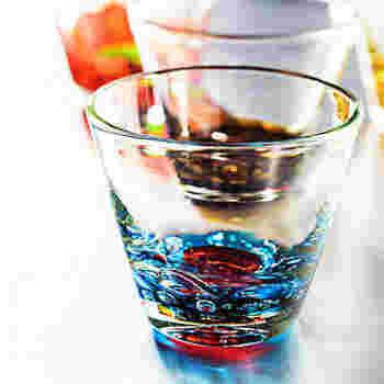 美しい琉球ガラスは、眺めているだけでも楽しめます。色合いや気泡の位置が少しずつ異なるところも、魅力のひとつですね。ドリンクと氷を入れると、さらに美しく輝きます。贈り物にもおすすめです。