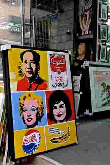 毛沢東の肖像画も、この通り。なんともアートフル……。本物そっくりのコピー画から、こういったパロディ系まで、様々なテイストがごった煮のように混在して売られています。