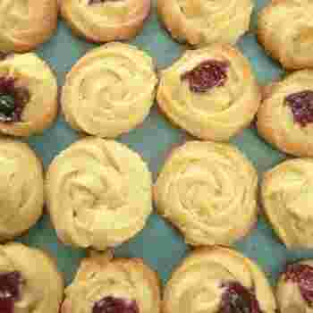 お菓子にマーガリンやショートニングを使用すると、バターに比べると生地が柔らかくなります。柔らかさを利用して、絞り出して焼くお菓子もお勧めです。