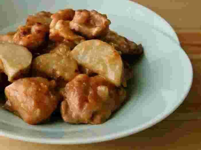 こちらは鶏肉の旨味が染み込んだ長芋が味わえるレシピです。しょうゆとみりんの甘辛い味付けでごはんがすすみ、子供も大人も大好きなメニューになりそうです。
