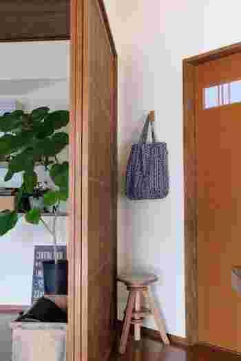 ここにフックがあればいいのになぁ…そんなお悩みも「壁に付けられる家具・フック」ならすぐに解決。小さいサイズの木製フックは、とても使い勝手が良いんです♪