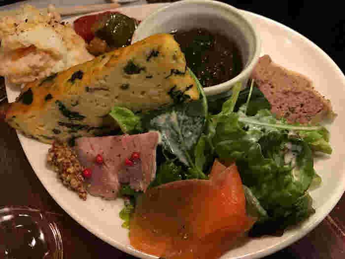 前菜の盛り合わせで人気の「特製スタンドの盛り盛り」。上品で本格的な味わいでワインにもぴったりです。内容は日替わりなのですが、美味しくて豪華な一皿です。