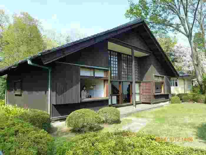 1941年に太平洋戦争が勃発、この家は、その開戦の翌年に建てられたものです。日本古来の伝統文化への回帰が叫ばれる時代、その波は建築界をも飲み込んでいきました。黒く塗られた壁は空襲に備えたものだったのでしょうか。当時の文化状況を反映して、瓦屋根を載せた和風のデザインになっています。