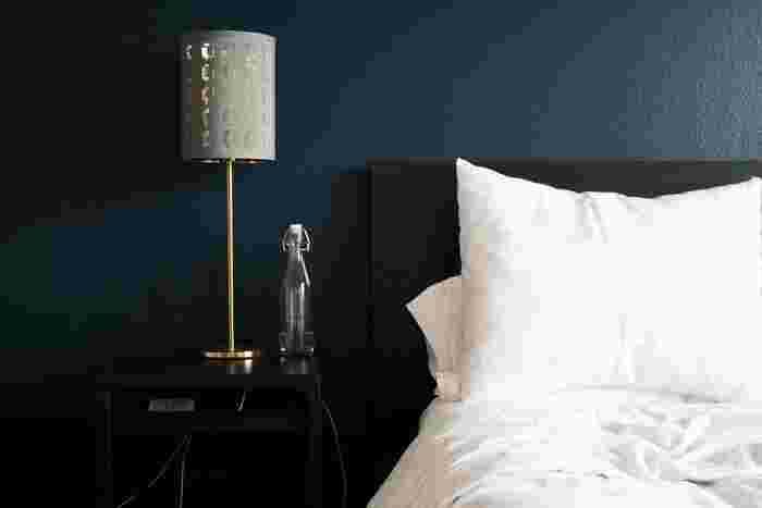 ベッドルームの照明は両サイドに置く場合もあれば片側だけに置く場合もありますが、ポイントとなるインテリアの一つ。明かりをつけていない時にはデザイン性が目を引きますので、明かりだけでなく全体のデザインも意識して選ぶとなお良いでしょう。