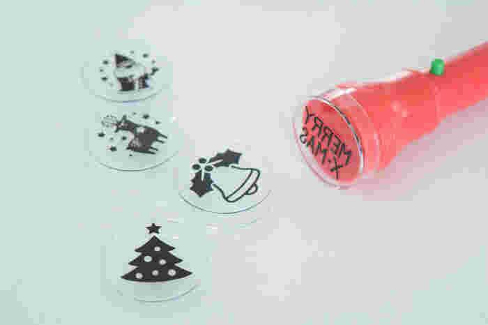 同じく100均で売っているクリスマスハンドライト。いくつかの絵柄があり、ライトの先端にセットするだけの簡単で楽しいプチプラアイテムなんです。