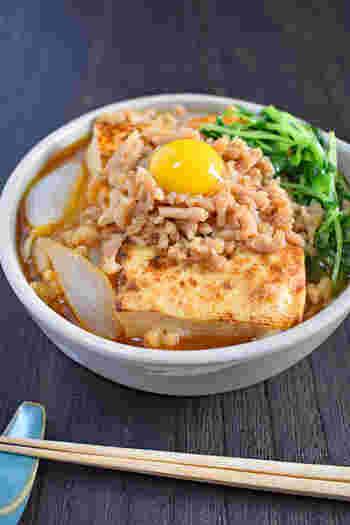 フライパンひとつで手軽にできるすき焼き風味の肉豆腐。鶏ひき肉を使っているのでとてもリーズナブルです。卵黄を乗せてもまろやかになって◎。
