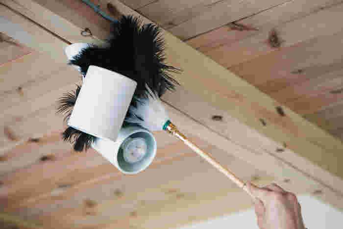 高いところのほこり落としに便利な掃除道具と言えば、はたきですよね。はたきは柔らかく作られているため傷がつきにくく、タオルなどでほこりを取るよりも静電気が起きにくいため、掃除がしやすいという魅力があります。テレビや照明などの掃除にもぴったりなアイテムです。