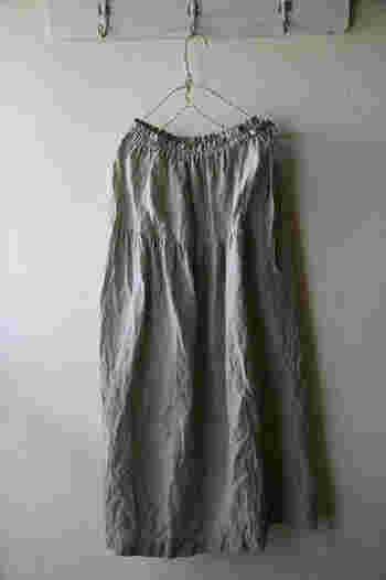 広がりすぎず、少し長め丈のギャザースカートが大人の女性にもしっくり着こなせるポイント。リネンの自然な風合いがナチュラルで素敵です。
