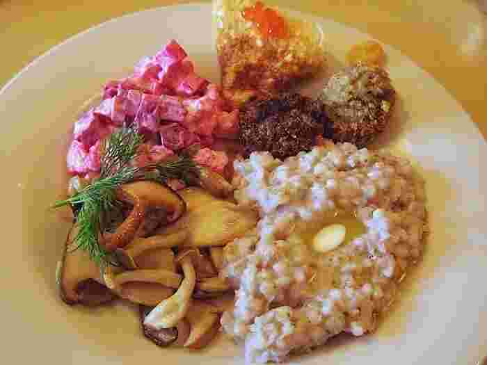ロシアの朝食といえば「カーシャ」というお粥です。ロシアでは水だけでなく、牛乳をベースに作ることもあるそうです。またマヨネーズも大好き(消費量世界一!)なので、マヨネーズで和えたサラダなども食べれます。