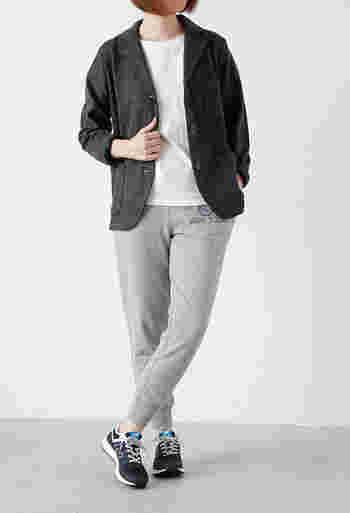 Tシャツ+スウェットパンツのカジュアルスタイルにはさらりとテーラードジャケットを羽織って大人っぽく。ダークトーンのニューバランスが程よいバランス感。すっきりしたシルエットなのでテーパードパンツとも好相性です。