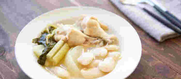 セロリやタマネギ、ニンニクなど香味野菜をたくさん使ったスープのレシピ。鶏肉と香味野菜の旨味が効いているので、味付けは塩だけのシンプルさ。大きな白いんげんもおいしくいただける一杯です。