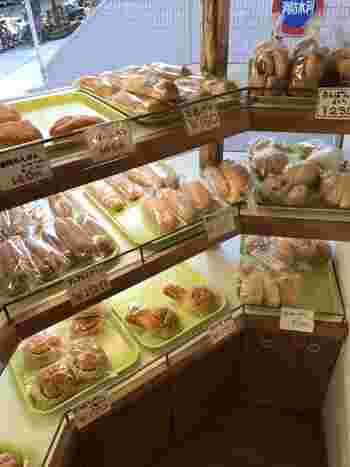 大手企業にもパンを卸す同店。隣接の工房から運ばれてくるパンは、食パン(天然酵母パンあり)からハード系、おやつ系まで40-50種類ものラインナップが。