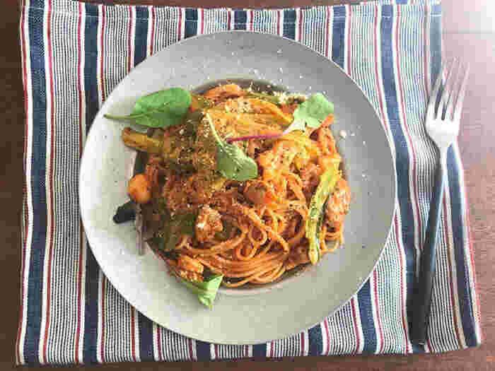冷凍のシーフードミックスを使って、フライパンだけで作れるお手軽なパスタはいかがですか。手の込んだ料理に見えるのに実はお手軽というのが嬉しいレシピです。あまりがちなキャベツをたっぷり入れれば、野菜も摂れて冷蔵庫の整理にも。