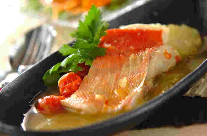 南フランスの魚介たっぷりの煮込み料理、ブイヤベース。こちらも切り身でも問題なく作れます。トマトベースのスープには、金目鯛のほか、タラ、鯛など白身魚が合うようです。