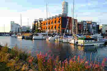 「マルメ」とはストックホルム、イェーテボリに続いて3番目に大きいスウェーデンの都市です。  スウェーデン国内で3番目に大きい都市とはいえ、割とコンパクトでこじんまりとした印象を受けました。  ですが、北欧では最高の高さを誇るビルや旧市街、モダンな建物が立ち並ぶ新市街地などがあり、ぷらりと歩くだけでもとても楽しい都市なんです。
