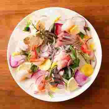 地元の新鮮食材を使ったお料理は、どれもおしゃれでフォトジェニック。こちらの「彩り野菜と本日のおすすめ鮮魚のカルパッチョ」は、カラフルな加賀野菜と新鮮なお刺身が目にも鮮やかです。