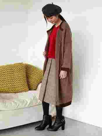 ミディ丈の巻きスカートを主役に、ベレー帽、ノーカラーコートでまとめたレトロスタイル。ベージュ系のスカート、赤のニット、ブラウンのコートといった暖色系のアイテムでそろえれば、やわらかくてあたたかな雰囲気に仕上がりますね。美術館や観劇など、ちょっとオシャレしてお出かけしたいときにもおすすめのコーデです。