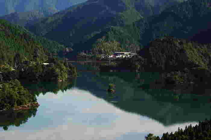 魚梁瀬ダム湖は人造物とは思えないほどの美しさです。しんと静かな森の中にひっそりと佇むダム湖面は、鏡のように周囲の豊かな自然を映し出し、絵画のような景色をつくり出しています。