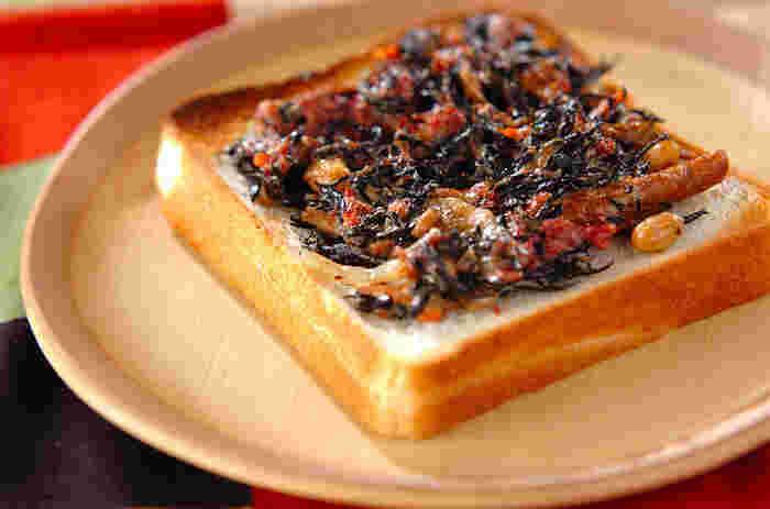 ヒジキの煮物を活用したトーストレシピ。前日にたくさんつくりおきしていれば、お弁当や朝食用にアレンジできます。マヨネーズで和えることで、トーストとの相性もバッチリに。コンビーフを加えているので、旨みとボリュームもアップしています。