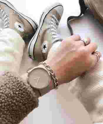 シンプルでありながら、細かいディテールまでこだわり抜いた腕時計。男女問わず利用出来るデザインで、ベルトには高級イタリアンレザーを使用。大きなフェイスで、日々のコーデにインパクトを与えてくれます。