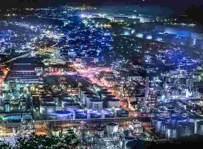 東燃ゼネラル石油和歌山工場は、沿岸部からではなく、高台となっている展望台からも工場夜景を見渡すことができます。