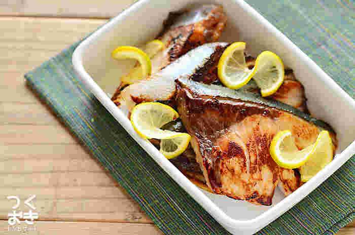 お弁当にもぴったり♪ブリを塩麹に漬けて焼くだけの簡単&美味しいレシピです。塩麹のおかげでたんぱく質が分解されてふっくら柔かくなります。前日夜に漬けておくと良いですね。
