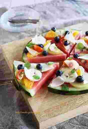 スイカにお好みのフルーツやハーブを散らしたスイカピッツァ。彩りもとってもキレイ!前菜としても、デザートとしても◎。
