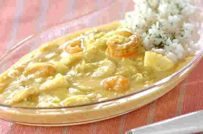 北海道名物「ホワイトカレー」。見た目はクリームシチューだけど、食べるとスパイスのきいたカレー味。北海道グルメらしく、魚介類を合わせます。