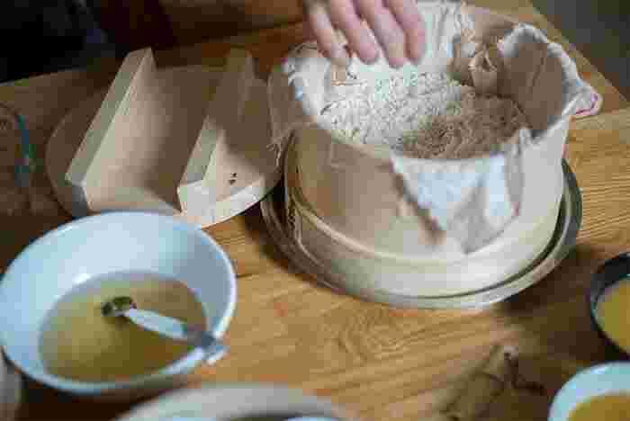 さらし木綿は、熱に強く、通気性と吸水性バツグン!そのため昔の人たちは、水きりや出汁をこす時、またふきんとして、台所で重宝していました。