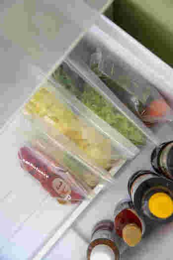 """こちらの野菜室では、食品の鮮度を保つ""""エンバランス素材""""を使用した保存袋を活用しています。エンバランスは野菜だけでなく、肉・魚・乾物など、様々な食品の保存に使用できるそうです。ブロガーさんのように野菜を種類ごとに分けて立てて収納すると、上から見やすくスッキリ収納できますね。"""