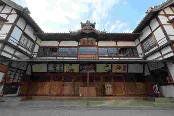 内子座は、大正5年に大正天皇の即位を祝って建てられました。木造2階建ての純和風様式の本格的な芝居小屋で、こけら落としは人形浄瑠璃だったそう。