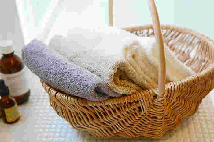 洗顔後の肌は、無防備な状態でとってもデリケート。ゴシゴシふいてしまっては、タオルの摩擦で肌はダメージを受けてしまいます。タオルでの摩擦が繰り返されると、くすみの原因だけでなく、ニキビや吹き出物のような肌トラブルにもつながりかねません。