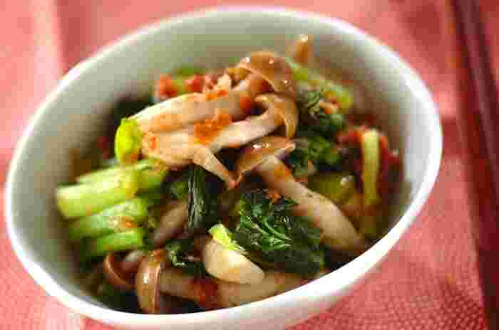 ジューシーなブリ大根とほくほくのカリフラワーの唐揚げに添えたい副菜が、お口をさっぱりさせてくれる梅肉を使った「小松菜の梅肉和え」。小松菜はカルシウムがとっても豊富。梅干しに含まれるクエン酸はカルシウムの吸収率をアップさせてくれる効果も期待できるベストバランスの和え物です。