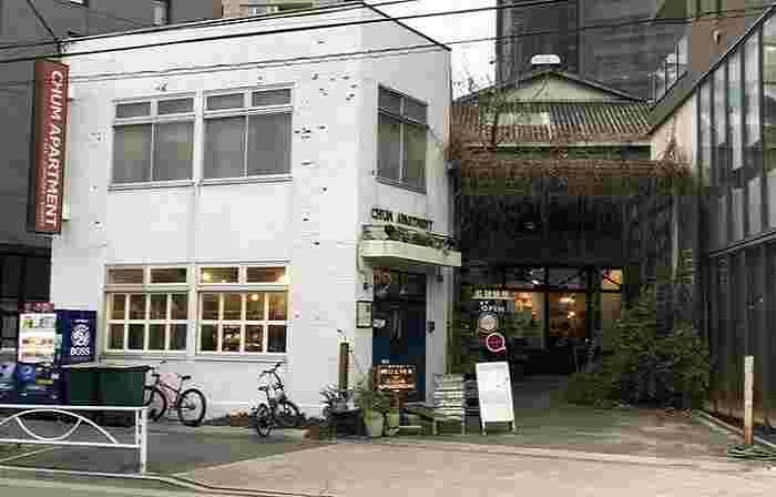 JR/東急目黒線・目黒駅から山手通りへ下る途中にある柳通り。カフェは、ビルに囲まれた倉庫のような建物に、雑貨ショップ・レンタルスペースとともに入っています。オーナーは多方面に活躍するタレントのちはるさん。